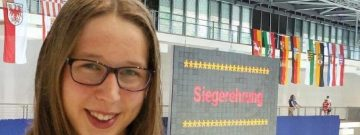 Siegerehrung die Zweite: Mareike Ehring (VfL Gladbeck) gewann bei der Jahrgangs-DM Berlin bereits die zweite Goldmedaille. Dieses Mal war sie über 50m Schmetterling erfolgreich.
