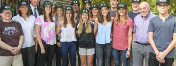 Bürgermeister Ulrich Roland (3. v. li.) ehrte die erfolgreichen Schwimmer des VfL Gladbeck, unter anderem die EM-Teilnehmerinnen Jessica Steiger und Mareike Ehring.